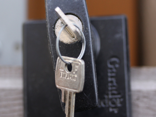 garage_door_lock01_320x240